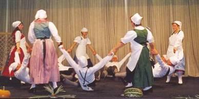 Die Tanzgruppe zeigt den Müllertanz